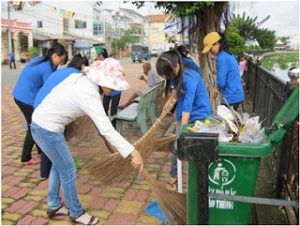 Thu gom rác vào thùng và sẽ được thu gom bằng xe gom rác