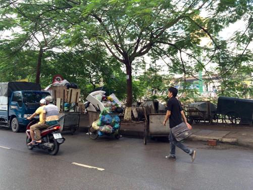 Xe gom rác: Sự không hợp lý trong thu gom rác tại Hà Nội